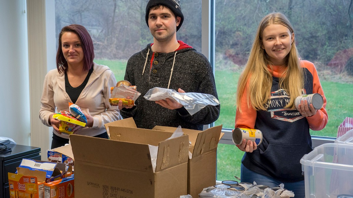students pack food at the UC Clermont Food Pantry
